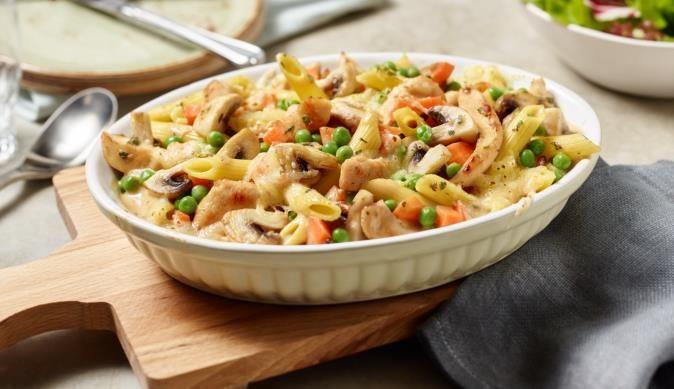 Der Bunte Nudelauflauf mit Hähnchen und frischen Champignons lässt sich schnell und einfach zubereiten - MAGGI wünscht viel Spaß beim Kochen.