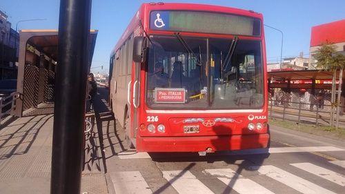 """Línea+141,+coche+226,+Puma+D12.+:+""""¿Qué+hace+un+141+por+Pompeya?""""+me+pregunté,+pensando+que+el+Puente+de+La+Noria,+estaba+cerrada+al+tránsito+por+manifestantes+que+impiden+fluir+el+tránsito+normalmente,+a+causa+de+un+plan+del+cierre+del+mismo+puente+para+inaugurar+un+distribuidor+por+arriba+de+la+rotonda+de+ese+mismo+puente.+Las+alternativas+serían:+Puente+Alsina+o+Camino+de+Cintura.  En+cuanto+a+lo+feo+que+tuve+que+pasar+frente+a+lo..."""
