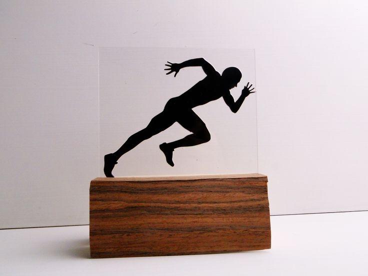Statuetka o podstawie drewnianej z akrylem.