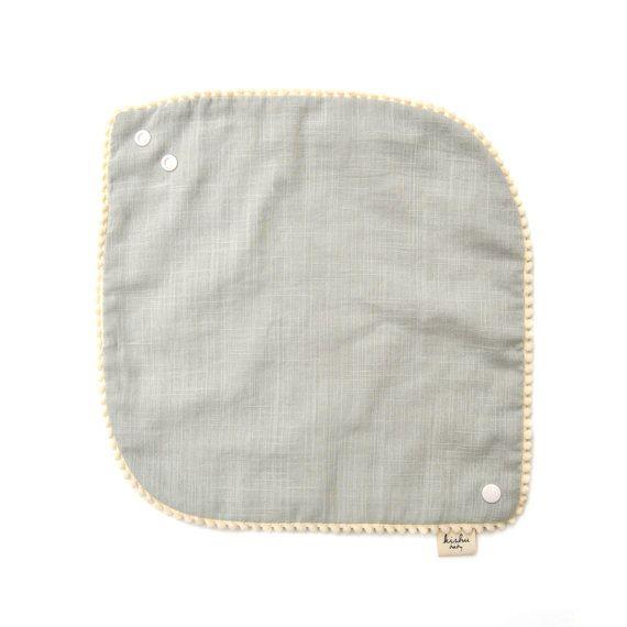 Pom Pom Lätzchen für Mädchen, Baby Lätzchen mit Elfenbein Trim, luxuriös weich 100 % Baumwolle Muslin, verstellbar mit Snaps, One Size Reversible