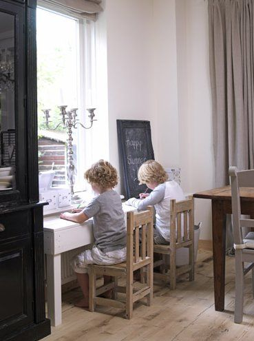 Future Holts will have a homework nook in their rooms like this one! Nothing is more chic than being smart.