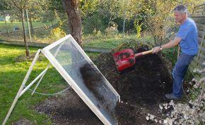 Bauanleitung: Kompostsieb selbst bauen - Jeder Gärtner weiß guten Kompost zu schätzen. Vor dem Ausbringen des Naturdüngers werden feines und grobes Material voneinander getrennt. Wie Sie das dafür notwendige Durchwurfsieb ganz leicht selbst bauen, zeigen Ihnen die Redakteure Karina Nennstiel und Dieke van Dieken.