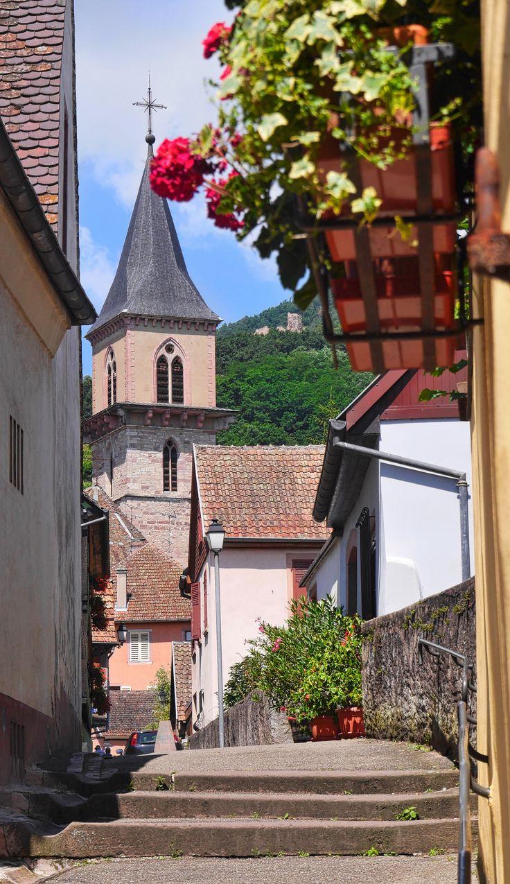 St. Georg Kirche in Ribeauvillé im Elsass, ein Ausflug mit vielen Sehenswürdigkeiten