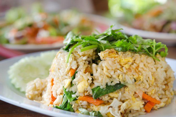 Risotto wegetariańskie z jarmużem i sosem serowym 100 g ryżu,3 łyżki oleju,ząbki czosnku,mała marchewka, 3 liście jarmużu, garść orzechów włoskich łuskanych, sos serowy Tarsmak,sól,pieprz  Wykonanie: Ryż ugotować do miękkości w osolonej wodzie i odcedzić. Marchewkę obrać, pokroić w cienkie paseczki, czosnek w plasterki i krótką chwilę podsmażyć na oleju. Dodać ugotowany ryż, grubo posiekane orzechy, pieprz do smaku, wymieszać i podsmażyć. Pod koniec dodać posiekany jarmuż i sos serowy…