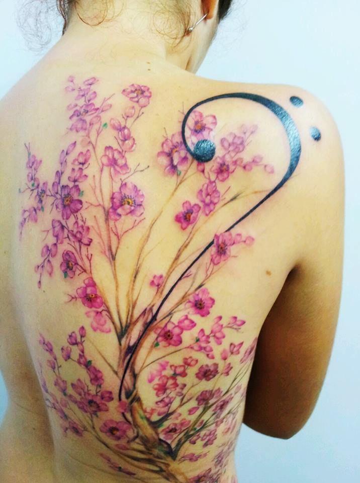 Minha tatuagem de #cerejeira e #clavedefa . Sem aparecer a raiz.  Feita #freehand por Roberto Nascimento. .  #sakura #sakuratree #tattoo #tatuagem #flores #musica #violoncelo