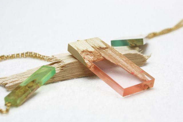Manufract est le nom donné à une collection de bijoux créée par le designer allemand Marcel Dunger. Des boucles d'oreille, des bagues, despendentifs et desbracelets sont offerts. Ils ont tous en commun le fait d'être construits à partir de bois d'érable et de résine naturelle. L'union entre le fragmentde boiset la transparence de la résine …
