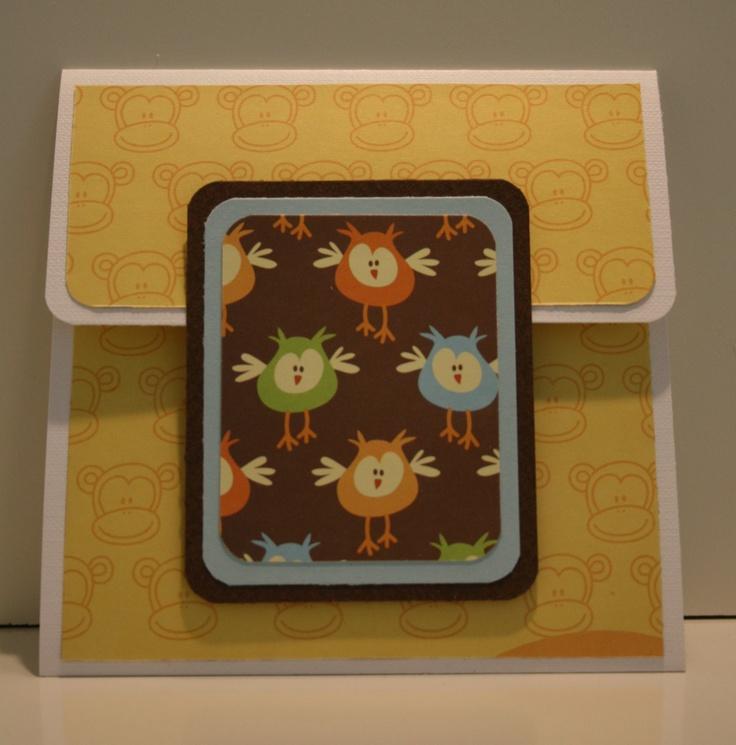 Kort med fack för presentkort.  Gult papper med apor och brunt papper med ugglor kommer från ett paperpad från Panduro.
