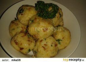 Strouhankové fofr knedlíky 300 g strouhanky 1 vejce 1 starší rohlík nakrájený na malé kostky 200-250 ml mléka 1 plná lžíce sušené smažené cibule sůl špetka prášku do pečiva zelená petržel(čerstvá je lepší) 50 g rozpuštěného másla