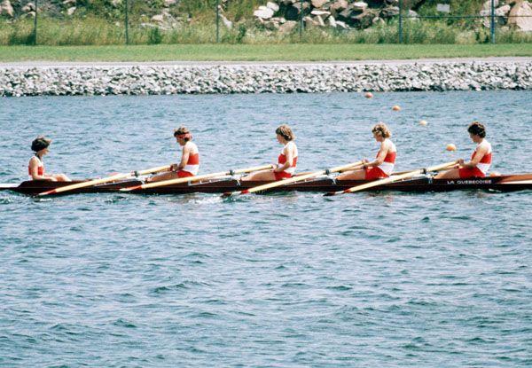 Barb Boettcher, Guylaine Bernier, Elaine Bourbeau, Johanne Delisle et Sandi Kirby du Canada participent à l'épreuve du quatre d'aviron avec barreuse aux Jeux olympiques de Montréal de 1976. (Photo PC/AOC)