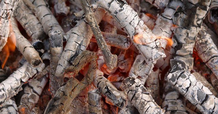 Cuánta ceniza de madera necesito para hacer lejía. La lejía se utiliza en gran medida en la elaboración del jabón, y hoy en día la soda cáustica (hidróxido de sodio) se puede comprar en algunas tiendas de abarrotes, ferreterías y en línea. Con el fin de hacer una versión casera de lejía que es más precisa para los procesos históricos de elaboración del jabón, se usan ceniza de madera y agua blanda ...