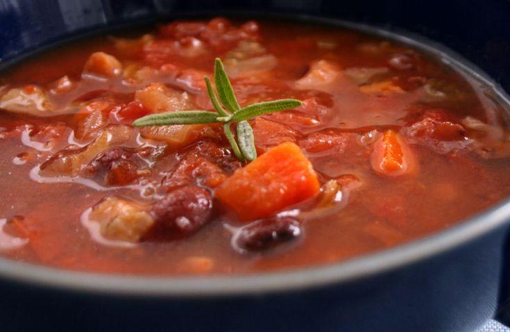 We maken een grote pan van deze tomaten chorizosoep met witte bonen zodat er een voorraad in de vriezer kan