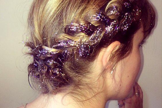 Haarkrone mittels eines Flechtzopfs aufgepeppt mit lila Glitzer im Haar