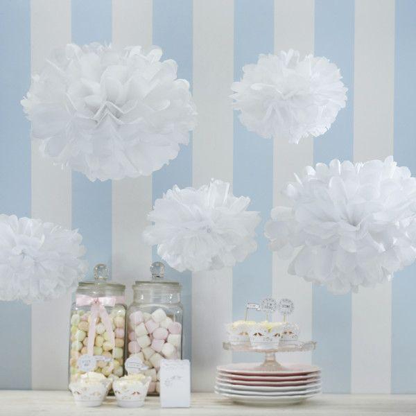 Lot de pompons en papier de soie blanc. Le pack comprend 3 grands pomponset 2 petits. Il ne vous reste plus qu'à les ouvrir et à les suspender pour créer votre décoration.