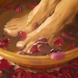 ideas for a at home spa party including food how to DIY a hot stone massage, recipes for foot baths and hair/face masks, the works. Soooo relaxing...maybe a valentine's gift?