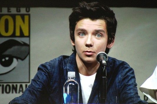 """Asa Butterfield. Can we just appreciate his eyes?<-- I showed this pic to my friend and she said, """"I could live in his eyes!"""""""