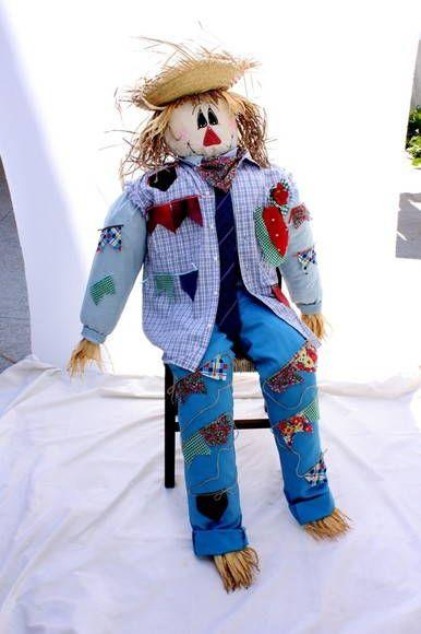 Espantalho de tecido, acolchoado com 1,60 de altura, usamos roupa de um adulto no boneco. Roupas com detalhes de fuxico, recortes de bonecos e corações e etc Excelente para decoração de lugares amplos, para festa caipira ou festa junina.