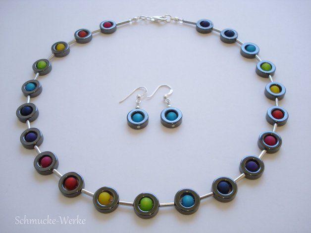 Bei diesem Schmuck-Set wurden Polarisperlen mit Hämatitringen kombiniert. Die Perlen wurden auf hochwertigem nylonummantelten Schmuckdraht (19 Stränge) aufgezogen. Das Set besteht aus 1 Kette...