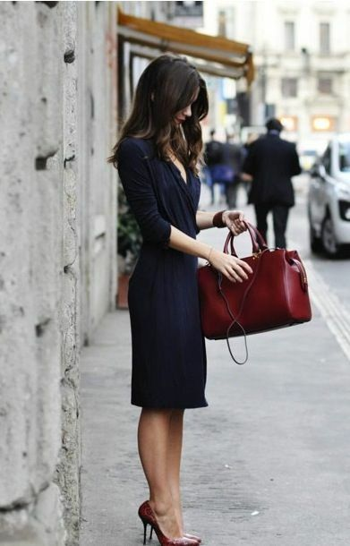 The dress is simple but the matching cognac shoes and bag are so elegant.