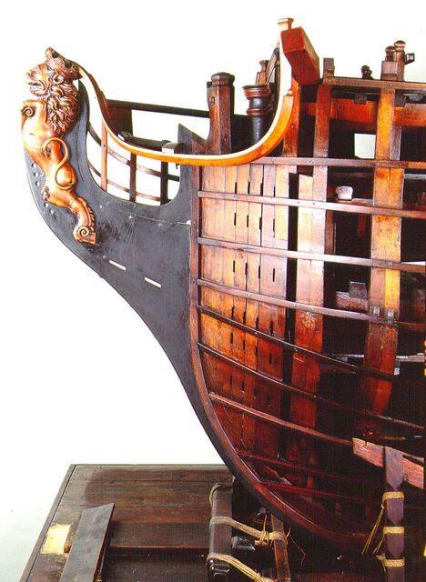 Modelo de astillero, arsenal o de construcción - Modelos históricos y técnicos - Armada Española - Ministerio de Defensa - Gobierno de España. Proa del modelo de navío de 74 cañones vista por la amura de babor sin forrar. Destaca la estructura de los finos de proa y la talla del mascarón sobre el tajamar.