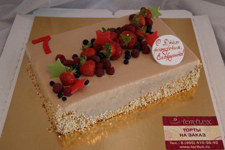 Торт на день рождения для мальчика.Вес 3 кг.(вкус-три шоколада.Оформление-шоколадный гляссаж и ягоды)