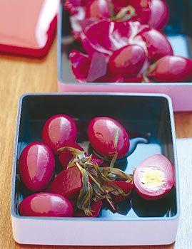 Rosarote Eier mit Nelken und Radicchio - Ostern: leckere Geschenke & Mitbringsel - [LIVING AT HOME]