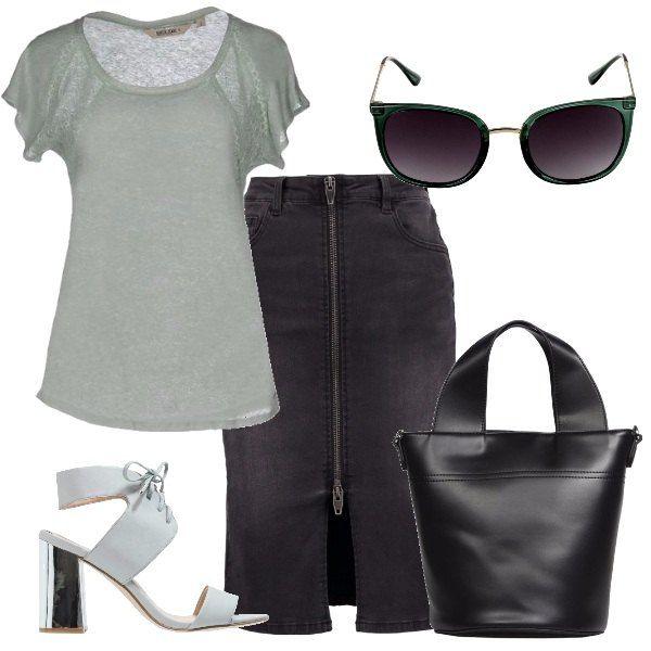 Una gonna in denim nero, con cerniera sul davanti, è abbinata ad una maglietta in lino, verde chiaro, sandali in ecopelle grigio chiaro con tacco largo argentato e chiusura alla caviglia, borsa a mano nera, occhiali verde scuro.