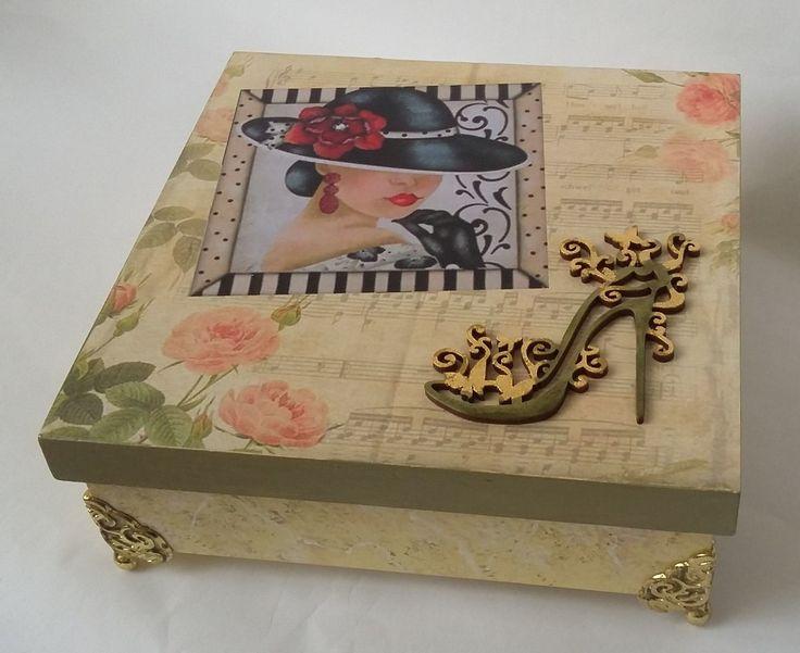 Primorosa caixa vintage com detalhe de aplique recortado a laser em forma de sapato de salto. Pezinhos metálicos são outro detalhe que valoriza a caixa ainda mais. Um charme!