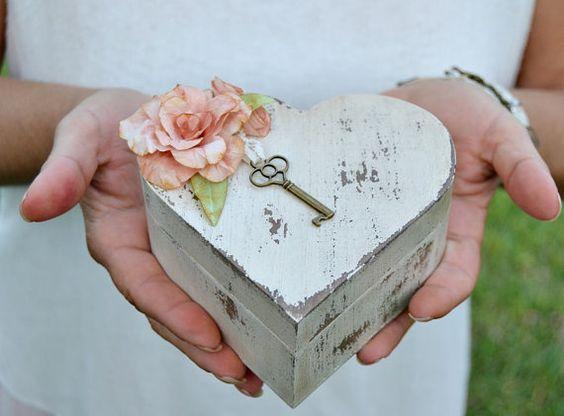 Si hay una cosa que no puede faltar en ninguna boda son las alianzas, los anillos que se pondrán los recién casados y llevarán el resto de sus días como un símbolo de unión irrompible. Ya en la Ant…