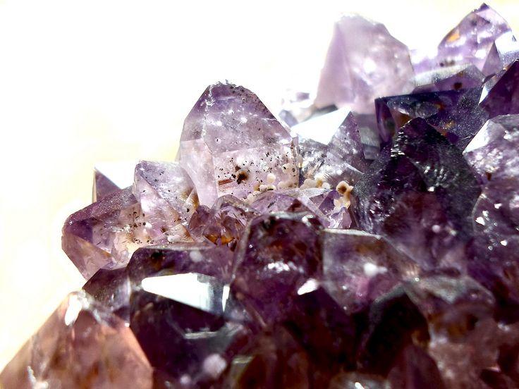 Los cristales, las piedras preciosas y las gemas han sido siempre muy valoradas por su belleza y por sus propiedades curativas y espirituales. Costosas y difíciles de