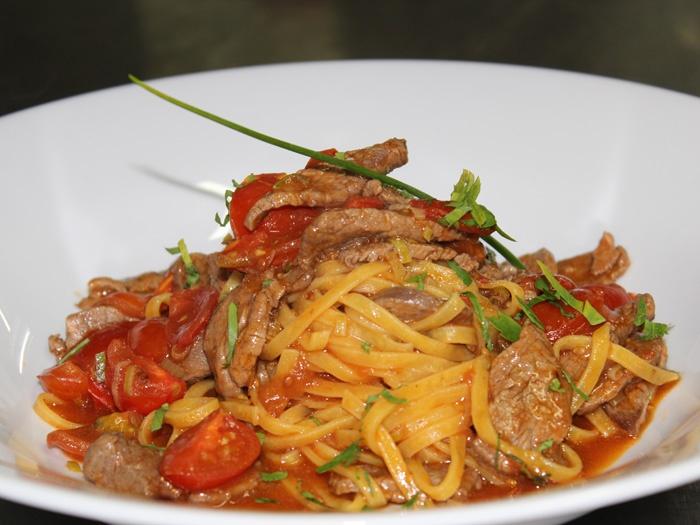 Tagliolini con punte di filetto Arrabbiata .Bandnudeln mit Filetspitzen in pikanter Tomatensauce