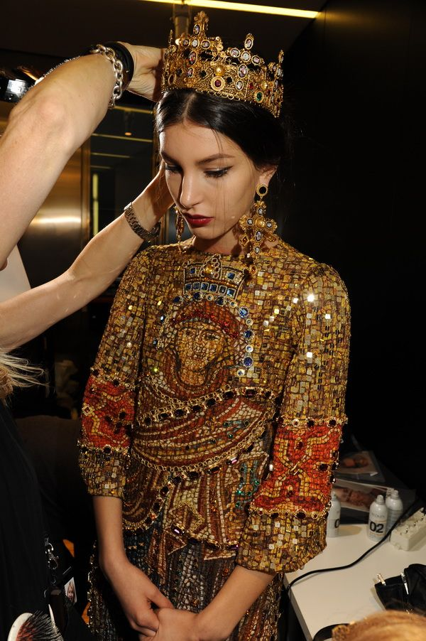 Backstage-at-the-Dolce-Gabbana-2014-Fall-Winter-Womenswear-Collection-Show-Makeup-Tips_21