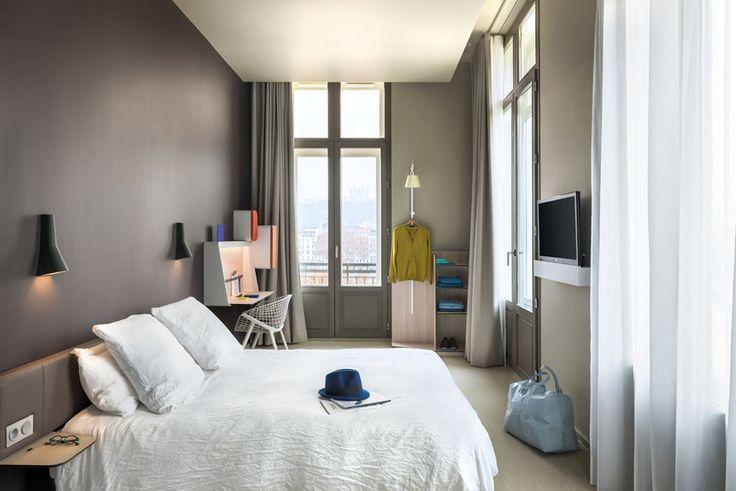 L'Okko Hôtel à Lyon. Chambre neutre, du lin, du pastel, et de beaux détails, comme le faux plafond qui crée une corniche pour les rideaux, et les luminaires 70's