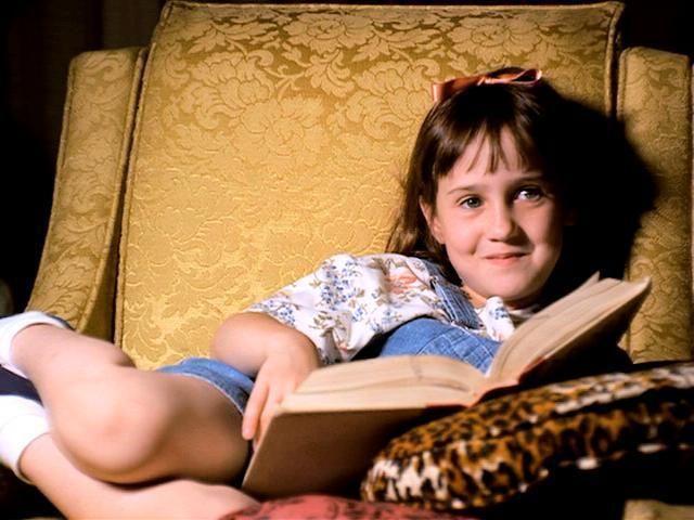 """Flavia se siente extraña, sola y hace su vida, al estilo de """"Matilda"""" de Roald Dahl, con una habilidad especial para la química en vez de la magia"""