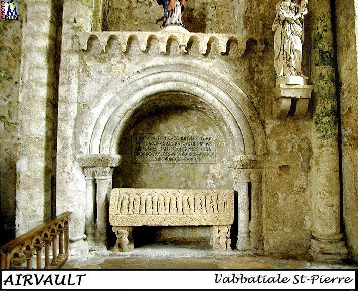 L'ancienne abbatiale conserve un singulier morceau sculpté roman: le tombeau du réformateur, Pierre de Saine Fontaine, placé sous un enfeu dans le mur du fond du croisillon septentrional, il est identifié par une inscription peinte sur la paroi. L'enfeu lui-même parait d'origine, son arcade en plein cintre repose de chaque côté sur un faisceau de 3 colonnettes à tailloir unique ouvragé de palmettes, un feston de cintres à modillons sculptés le surmonte.