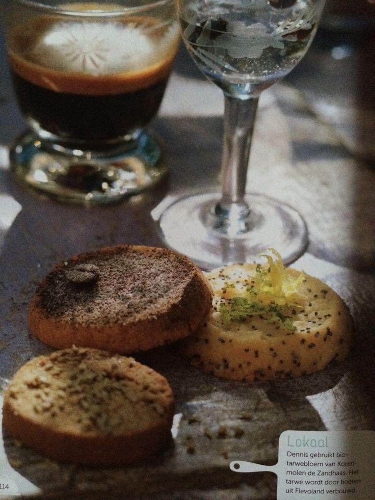 Citroen-limoen koekjes, koffiekoekjes en dropkoekjes - recept van Dennis van Rijen / dapeppa koekjes - ingrediënten basisdeeg: roomboter, witte basterdsuiker, tarwebloem, zout // citroen-limoen koekjes: citroen, limoen, limoncello, maanzaad // koffiekoekjes: oploskoffie, koffielikeur, gemalen koffie // dropkoekjes: anijszaad, gemalen steranijs, cacaopoeder, zwart-witpoeder