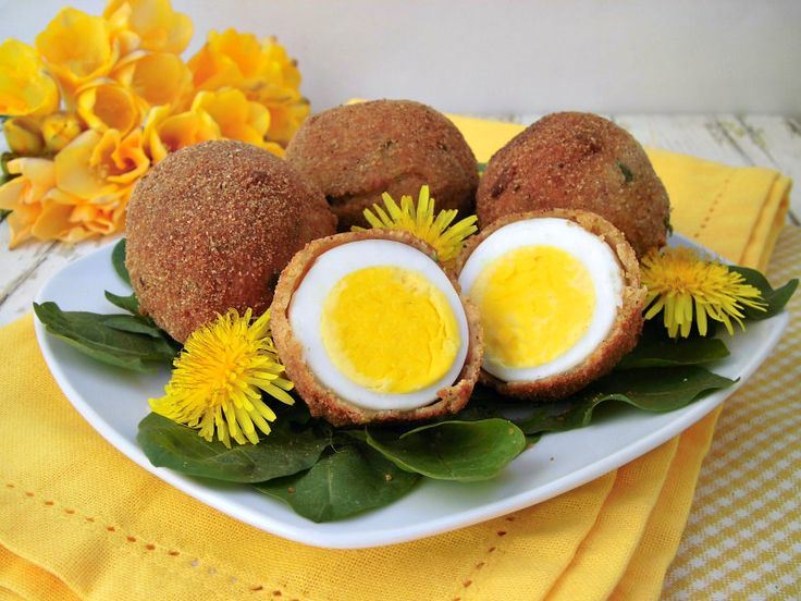Uova in crosta con insalata di tarassaco