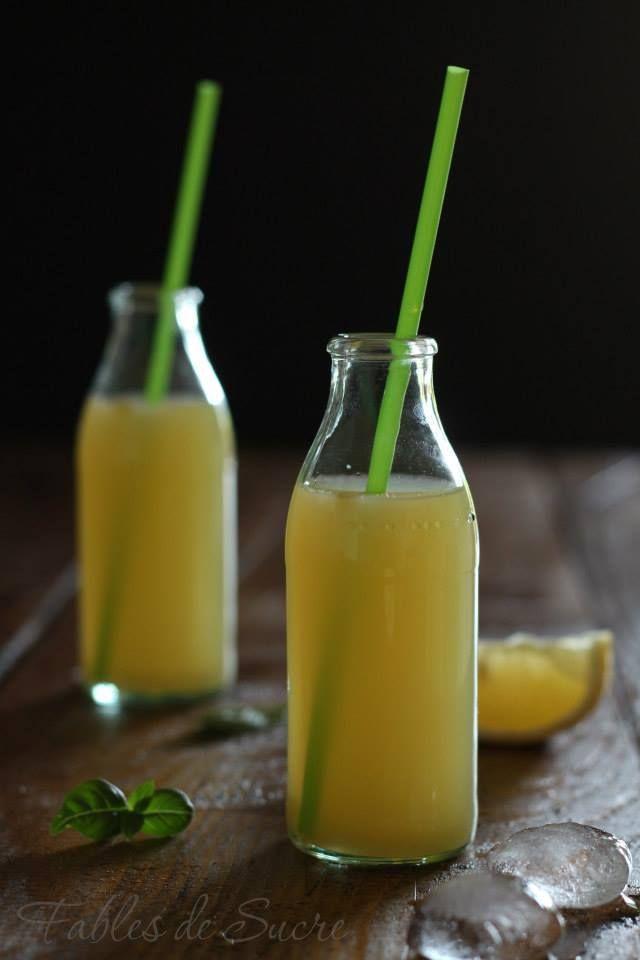 Limonata di ananas dissetante, quello che ci vuole in queste giornate di caldo torrido. Un bicchierone con ghiaccio e una fetta di limone da sorseggiare.