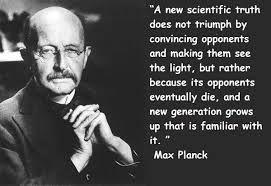 {Teori Max Planck} Teori elektromagnetik klasik maupun mekanika statistik tidak dapat menjelaskan spektrum yang teramati pada radiasi bnda hitam. Teori tersebut hanya dapat memprediksi intensitas yang tinggi dari panjang glombang rendah atau dikenal sebagai bencana ultraungu. Namun, Max Planck berhasil memecahkan masalah tersebut. Ia menjelaskan bahwa radiasi elektromagnetik hanya dapat merambat dalam bentuk paket-paket energi/kuanta yang dinamakan foton. Gagasan ini dinamakan Teori Kuantum.