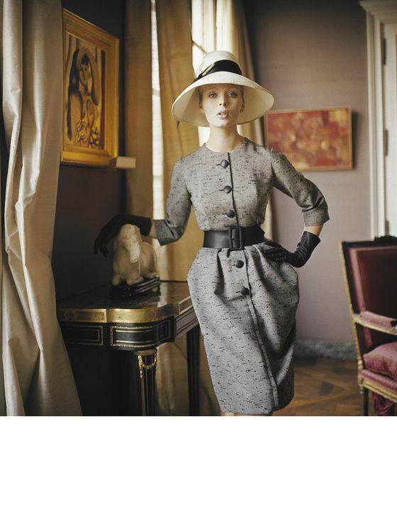 Dior, Robe de jour, 1960 La jeune Allemande Christa Päffgen, qui deviendra une icône pop sous le nom de Nico. Elle sera la muse d'Andy Warhol et la chanteuse du groupe The Velvet Underground.
