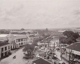 1920's - Semarang, Venice von Java. (2). Foto di kawasan Berok, gedung sebelah kiri adalah titik Nol kilometer kota Semarang alias Kantor Pos Besar Semarang smp sekarang.