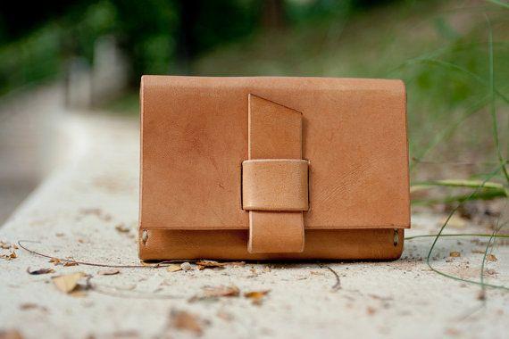 Portatarjetas de cuero hechos a mano  hecho por por LoraynLeather