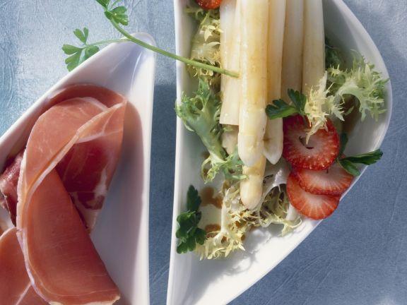 Spargelsalat mit Erdbeeren und Parmaschinken ist ein Rezept mit frischen Zutaten aus der Kategorie Salat. Probieren Sie dieses und weitere Rezepte von EAT SMARTER!