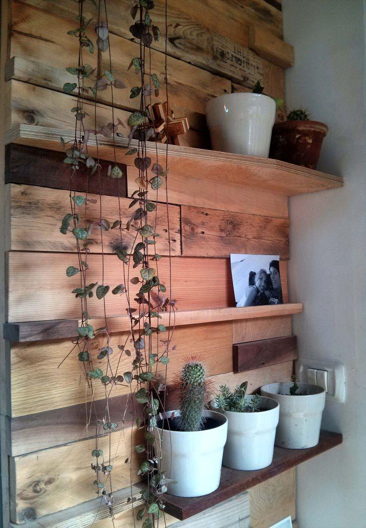קיר דקורטיבי מעץ ממוחזר לכניסה לבית