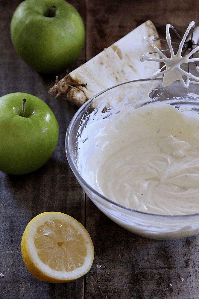 Salsa Waldorf: - 100 gr de crème fraîche. - 100 gr de yogur. - 3 cucharaditas de zumo de limón recién exprimido. - 60 ml de aceite de avellana, o en su defecto de girasol. - Sal y pimienta recién molida.