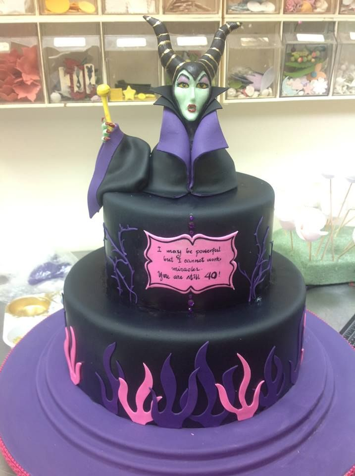 Made by Christopher Garren's Cakes in California. I must make this Malificent cake for my friends 30th birthday, he is such a fan of this Disney character.