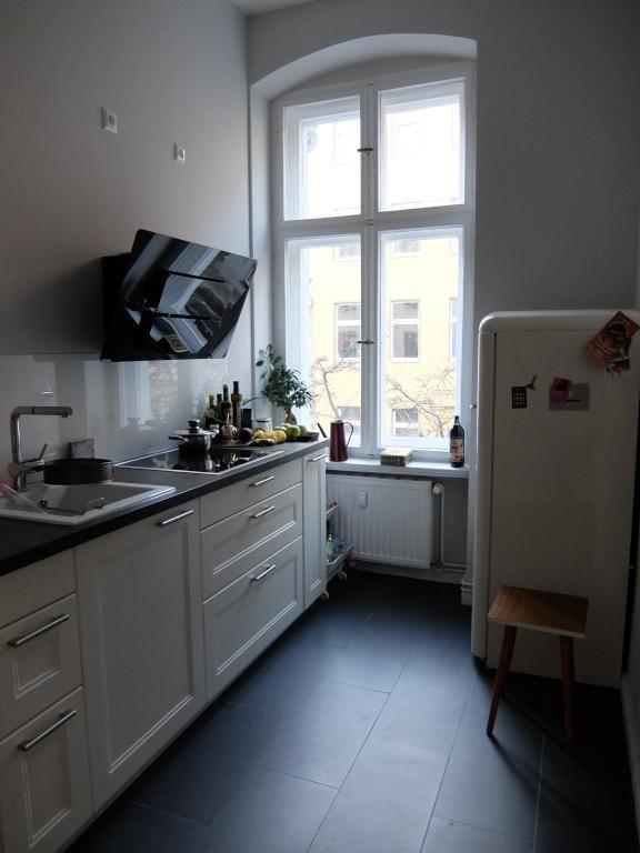 Schöne Renovierte Altbauküche Mit Dunklem Fliesenboden Und Großem, Hohem  Fenster. #Fliesenboden #Küche