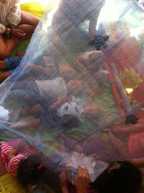 I bambini si immergono in un mare di stoffa.