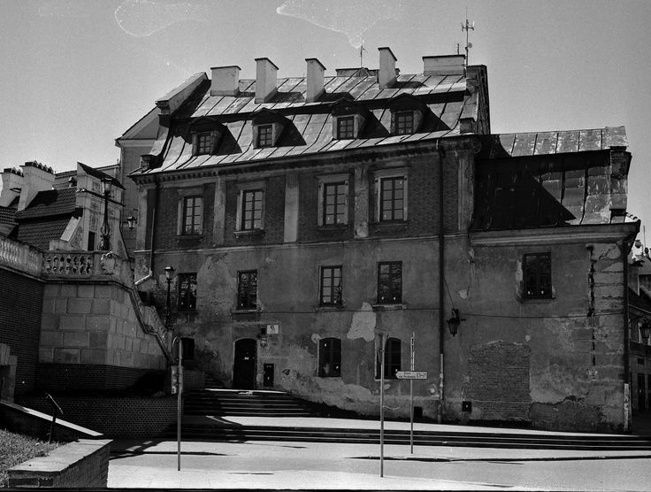 https://flic.kr/p/GkeYU1 | Old Building near Castle Bridge | Old Town Lublin, Poland, April 2016.  Minolta AL, Rokkor 45mm F2.0, Ilford PAN 400  More at urban.photos