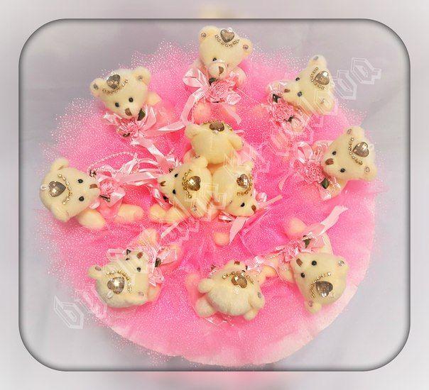 Очень красивый и нежный букет из 11 мишек в очень красивых платьицах. Выполнен в розовом цвете.  Подойдет для любого праздника - дня рождения, День влюбленных, 8 марта, годовщина знакомства, годовщина свадьбы, выписка из роддома.  Долго будет радовать своей красотой!