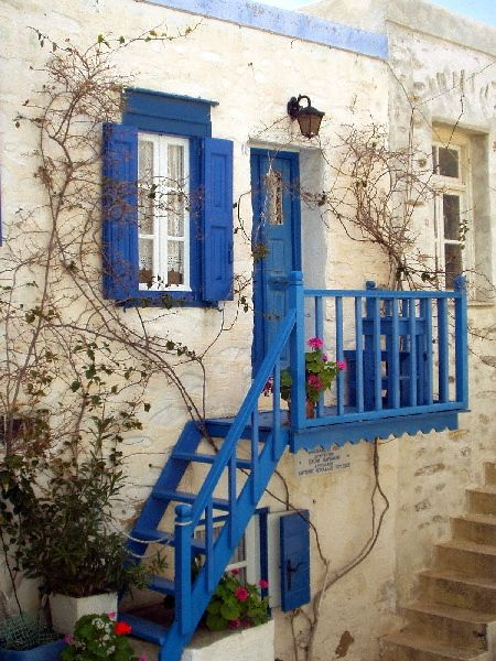 a traditional house in Ano Syros
